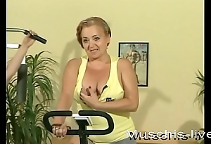 3 MILFs do lesbian making love in the gym