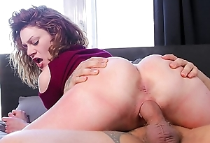 CASTING FRANCAIS &ndash_ Foxy Canadian babe deepthroats and gets boned